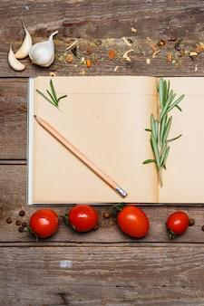 茶色の木製の空白のレシピ本を開く