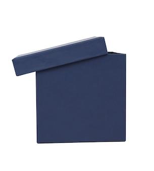 白い背景で隔離の贈り物のふたが付いている青い段ボール箱を開き、クローズアップ