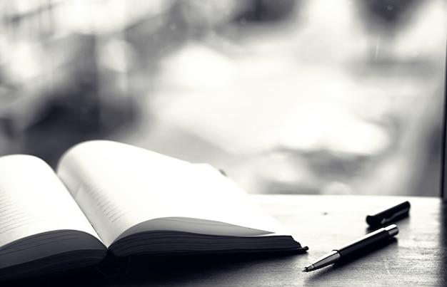 열린 책과 창 앞의 테이블
