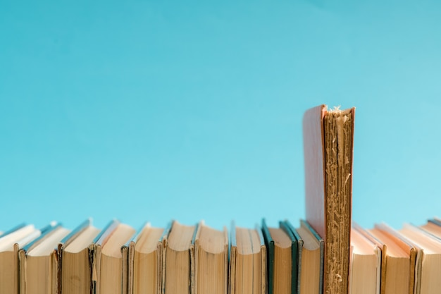 오픈 책, 두꺼운 표지의 하드 커버 다채로운 책이 탁자 위에 있습니다. 학교로 돌아가다. 텍스트를 위한 공간을 복사합니다. 교육, 공부, 학습, 비즈니스 개념