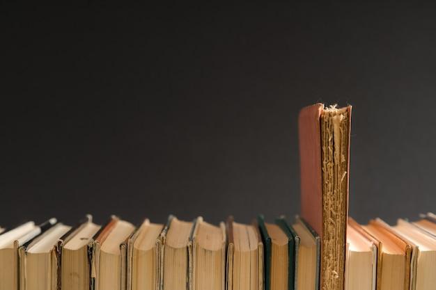 오픈 책, hardback 하드 커버 테이블에 다채로운 책.
