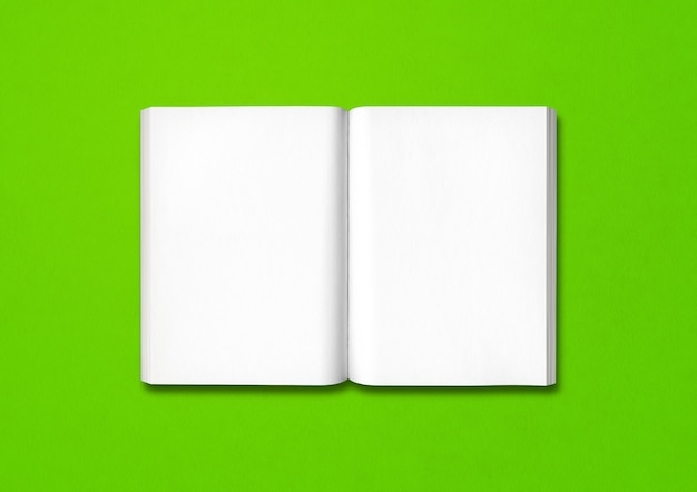 녹색 배경에 고립 된 오픈 책