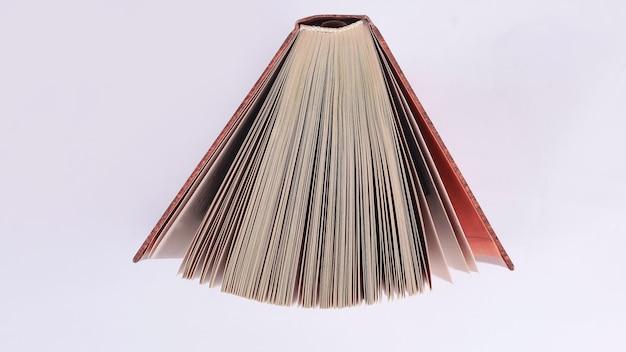 Открытая книга. изолированные на светлом фоне