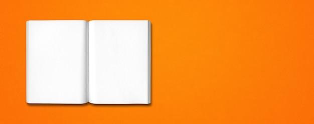 オレンジ色のバナーの背景に分離された本を開く