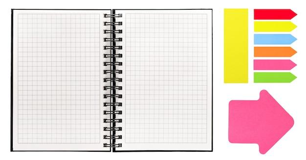 白い背景で隔離の本を開きます。スパイラルバインダーとカラフルな付箋が付いたノートブック