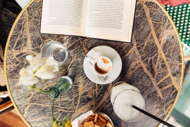 朝食時に本を開く