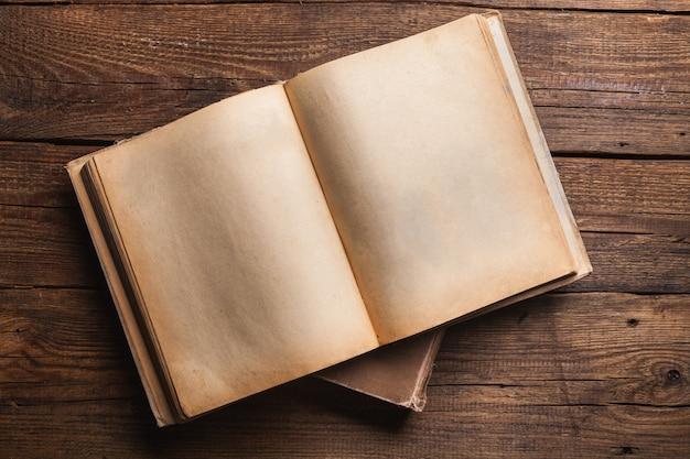 Открытая книга на старом деревянном столе