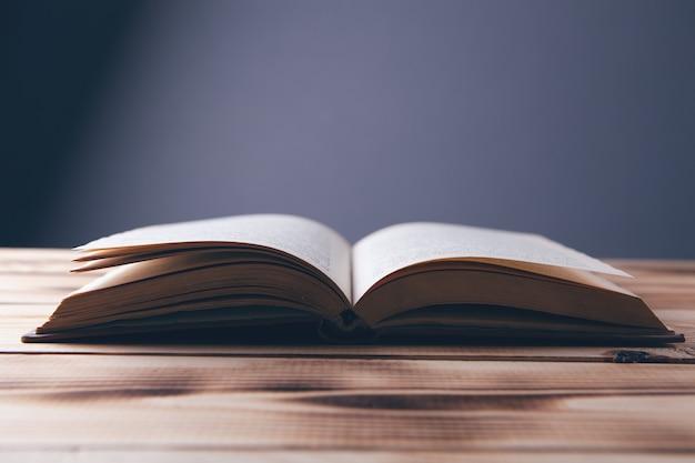 테이블에 펼친 책
