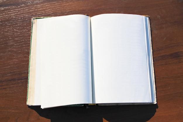 Открытая книга на деревянном столе