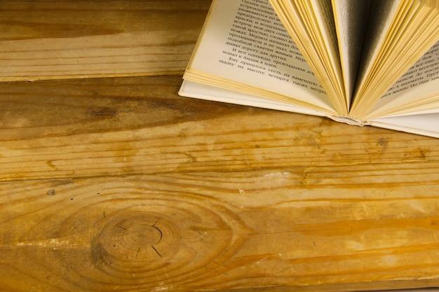 木製の机の上で本を開く