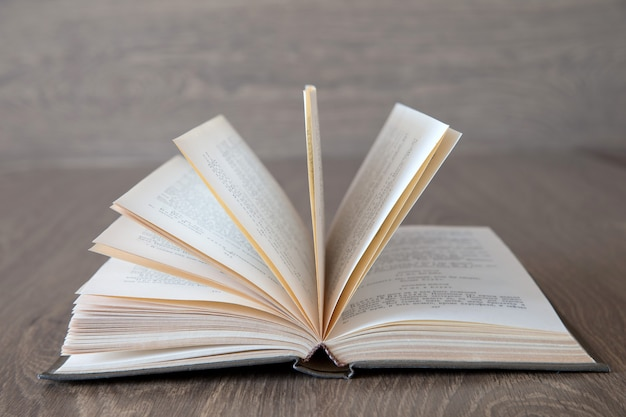 Открытая книга на фоне дерева