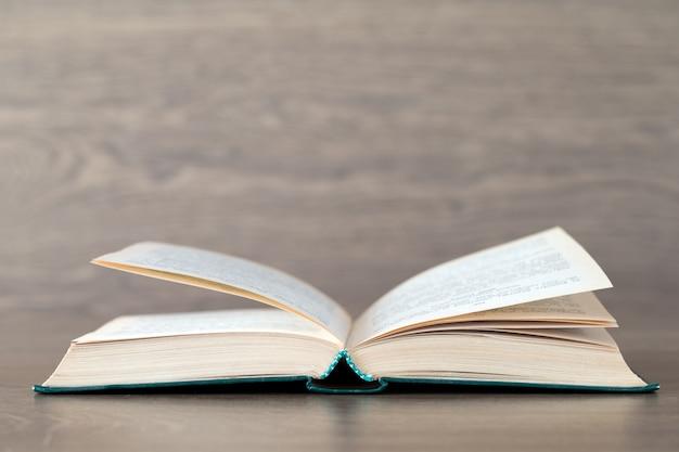 Открытая книга на деревянном фоне