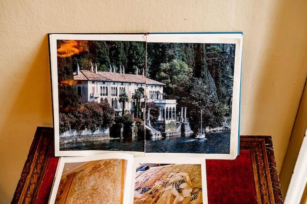 아름다운 건물의 사진이 담긴 책이 테이블 위에 서 있습니다.