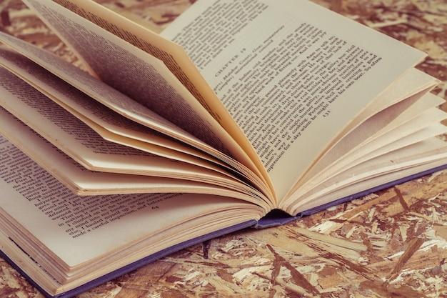 レトロなヴィンテージスタイルのフィルタ効果のある本
