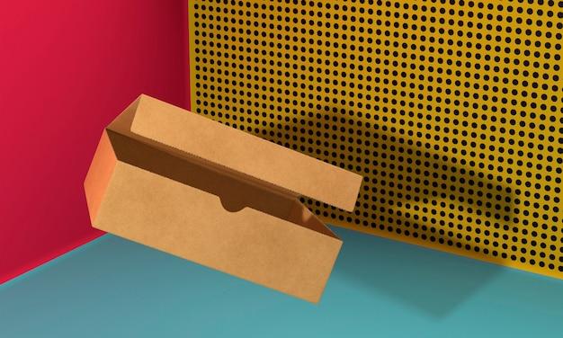 Aprire la scatola di cartone marrone copia spazio