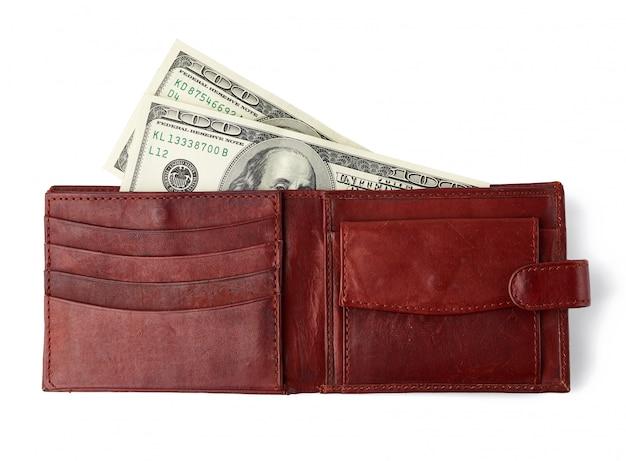 白い背景に分離された100ドル札と茶色の革財布を開く