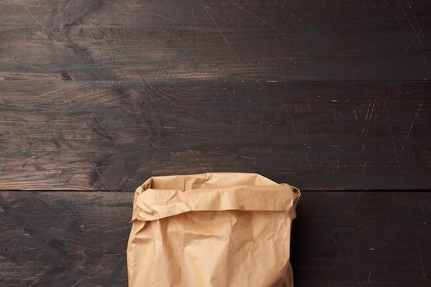 갈색 나무 backgr에 식품 포장에 대 한 오픈 갈색 종이 봉지