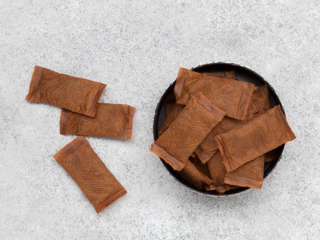 灰色の石の背景に無煙タバコの缶を開ける上面図