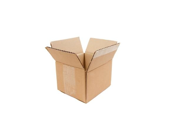 Вид сбоку открытой картонной коробки на белом фоне крупным планом, изолированные