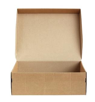 Откройте картонную коробку с крышкой, изолированной на белой стене. одна пустая обувная коробка.