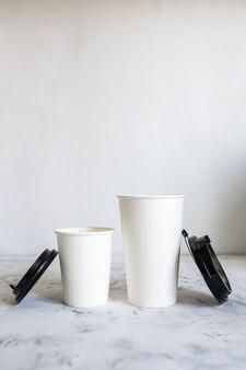 Открытые картонные кофейные чашки с крышками