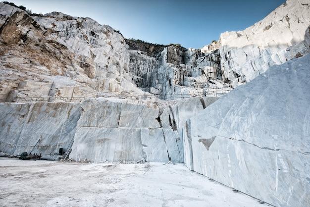 イタリアのカララ大理石の露天掘り採掘ピット