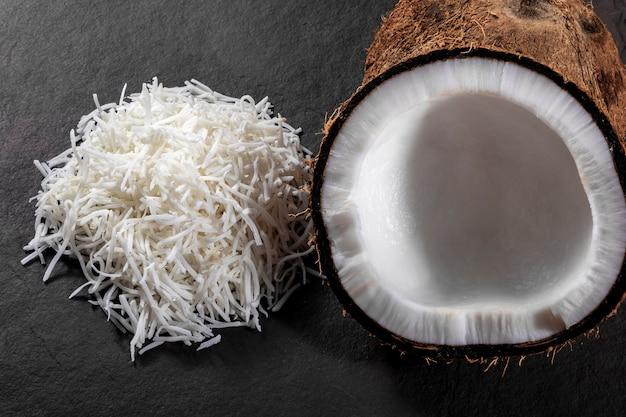 ココナッツの削りくずとすりおろしたココナッツで石の上に真ん中にココナッツを開きます。