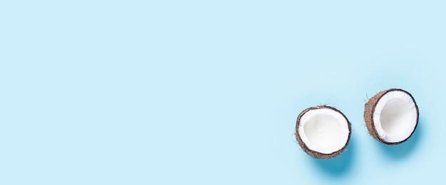 Откройте две половинки кокоса на синем фоне.