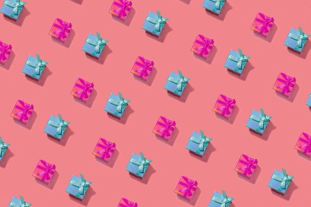 대각선에 분홍색에 파란색과 빨간색 크리스마스 선물 상자 구성을 엽니 다. 새해 개념.