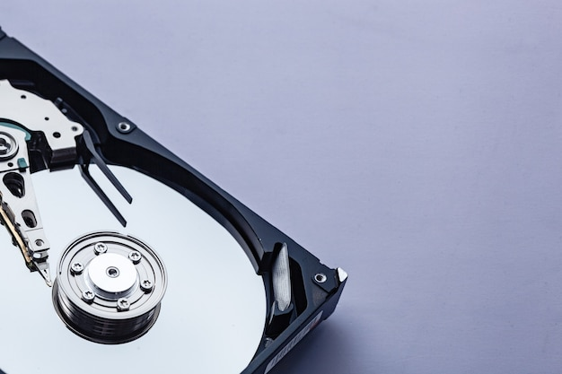 Откройте жесткий диск компьютера для ремонта. концепция безопасности данных. скопировать место для текста