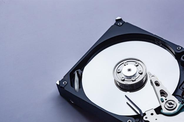수리를 위해 컴퓨터 하드 드라이브를 엽니다. 데이터 안전 개념입니다. 텍스트 복사 공간