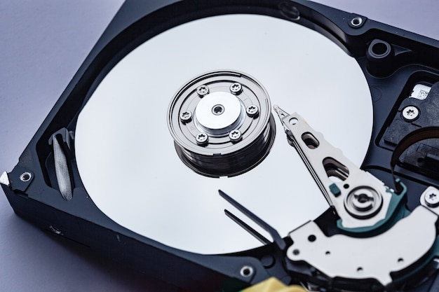 Откройте жесткий диск компьютера для ремонта. концепция безопасности данных.
