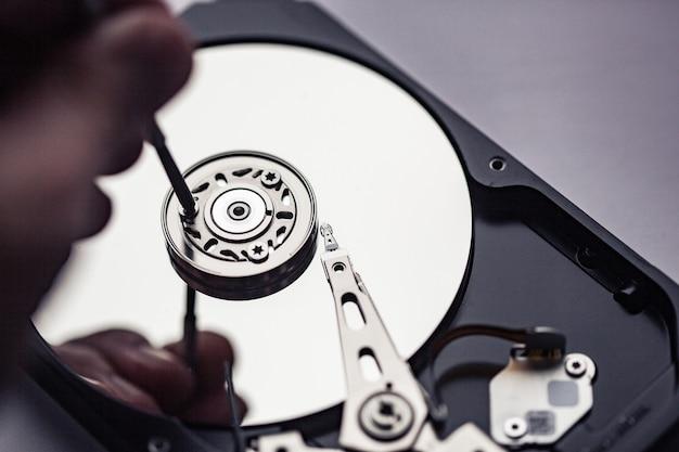 수리를 위해 컴퓨터 하드 드라이브를 엽니다. 데이터 안전 개념입니다.