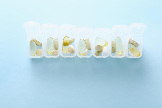 青にさまざまな丸薬が入った毎日の丸薬ボックスを開きます。