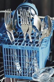 キッチンに清潔な食器を備えたオープン食器洗い機、クローズアップ