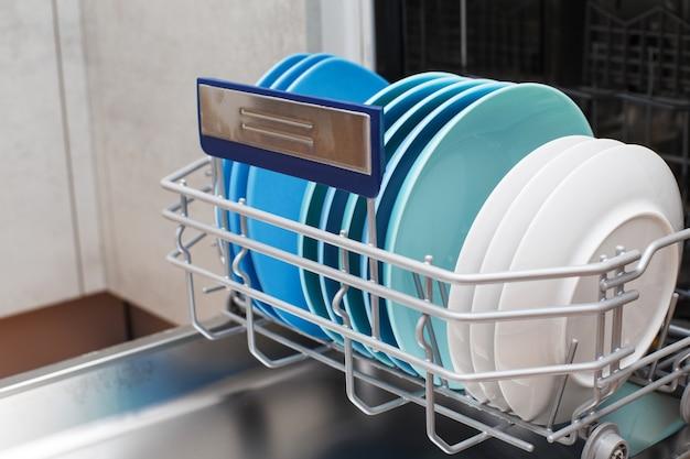 주방에 깨끗한 접시가 있는 개방형 식기 세척기
