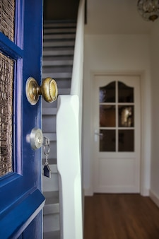 열쇠와 집 모양의 키 체인으로 새로운 집으로의 문을여십시오. 모기지, 투자, 부동산, 부동산 및 새로운 주택 개념 사업