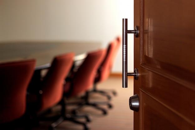 Откройте дверь с мягким фокусом и над светом на заднем плане