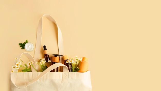 さまざまな木製とガラスのコンテナで環境に優しい綿の再利用可能なバッグを開く大きなバナー