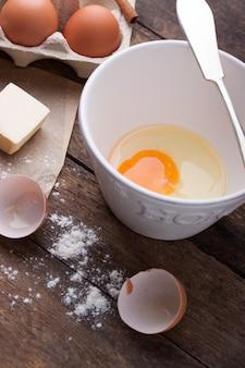 Открыть яйцо в миску