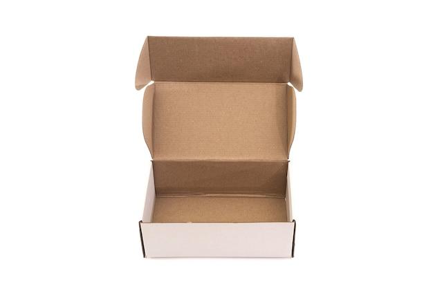 흰색 배경에 고립 된 빈 골 판지 상자를 엽니 다. 위에서 봅니다.