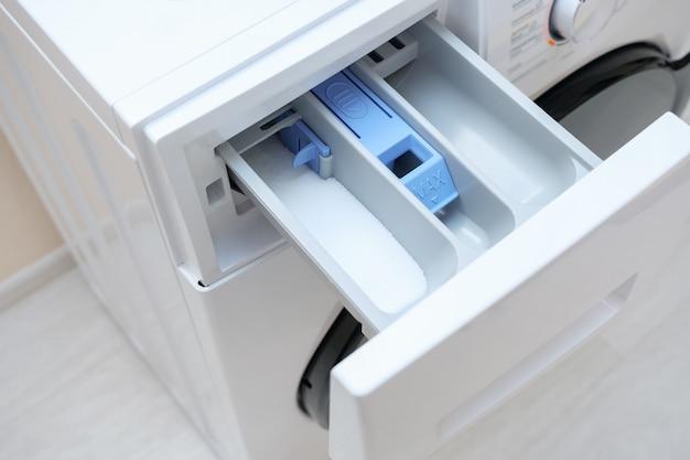 洗濯機の空の洗剤引き出しを開くクローズビュー
