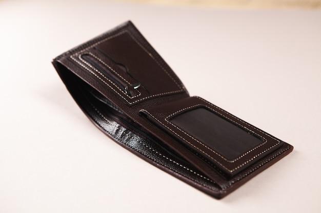 Откройте пустой кожаный кошелек на столе