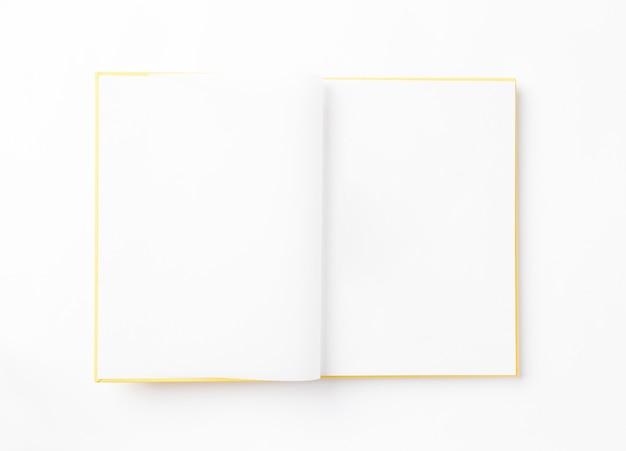 Откройте пустой фотоальбом на белом фоне. вид сверху