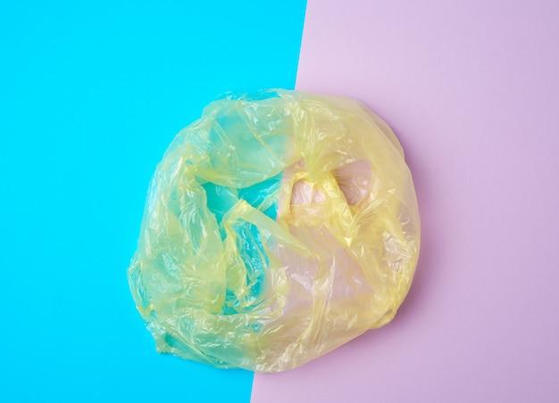 Открыть пустой пластиковый пакет