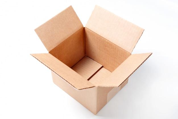 白い背景に分離された空の長方形の段ボール箱を開きます。