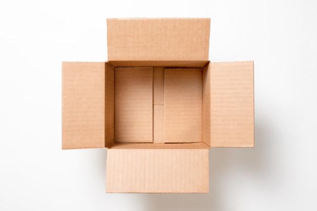 白い背景の空の長方形の段ボール箱を開きます。