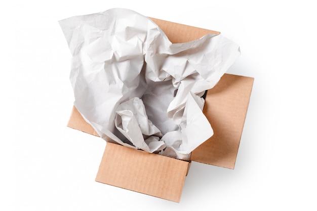 白い背景で隔離の包装紙で空の長方形の段ボール箱を開きます。