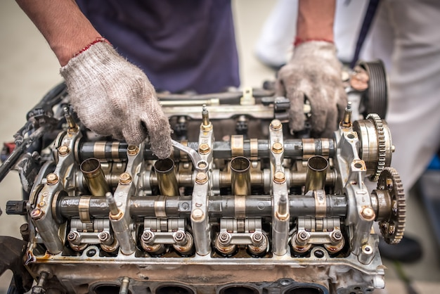 サービスガレージのテーブルでエンジンブロックとクランクシャフトを開く