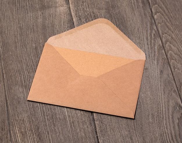 나무 배경에 봉투를 엽니다